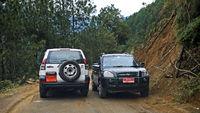 Zwei Fahrzeuge im Gegenverkehr auf dem Thimphu Punakha Highway