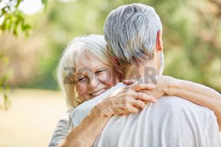 Glückliche alte Frau umarmt Mann