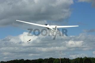 Segelflugzeug, Windenstart bei locker bewölktem Himmel