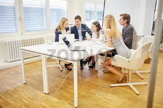 Geschäftsleuten diskutieren zusammen Strategie
