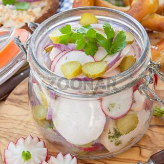 Bayrischer Wurstsalat im Glas