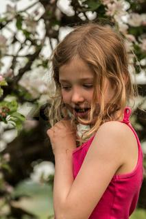 Mädchen vor Apfelbaum