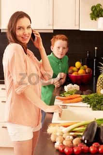 Mutter und Kind in der Kueche