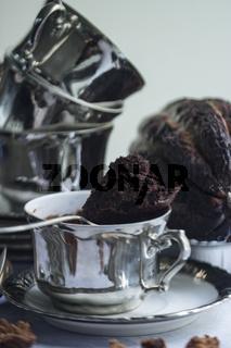 Tassenkuchen in versilberter antiker Tasse mit einer Kakaofrucht