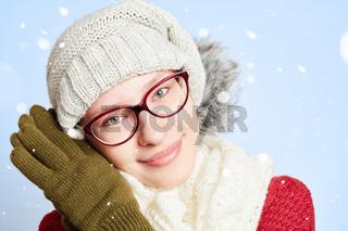 Schöne Frau im Winter im Schnee