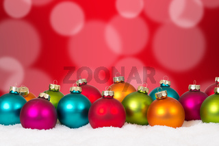 Weihnachten viele bunte Weihnachtskugeln Dekoration mit Schnee