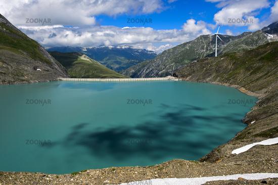 Speichersee Griessee mit Windturbine, Schweiz