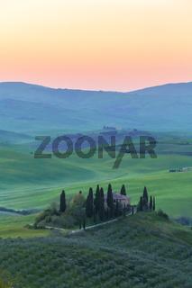 Bauernhaus der Toskana vor Sonnenaufgang hoch