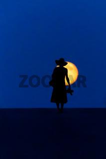Frau wandert Vollmond