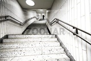 Person am Ende einer Treppe, U-Bahn | Subway stairs
