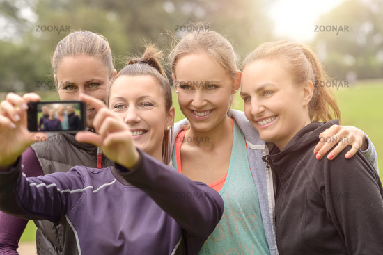 Lächelnde Frauen machen ein Selfie nach dem Sport
