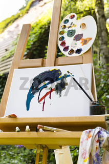 Staffelei mit Leinwand im Garten, easel with canvas in a garden