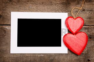 Weißer Rahmen mit zwei Herzen