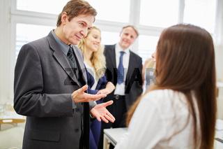 Manager und Team bei Verhandlung