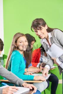 Schülerin und Lehrer bei einer Prüfung