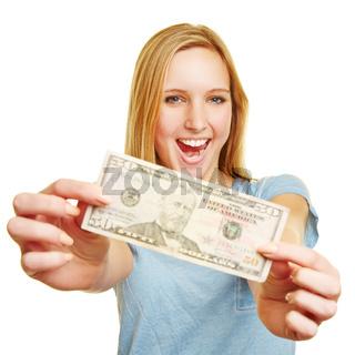 Lachende Frau zeigt 50 Dollar Bill