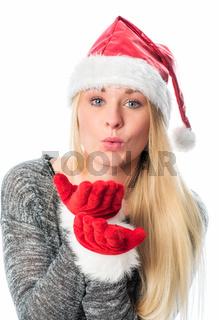 weihnachtsfrau pustet sich über die handfläche