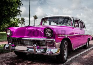 Pinker Oldtimer parkt in Cuba - HDR