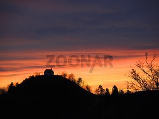 Sonnenuntergang hinterm Kornbuehl auf der Schwaebischen Alb
