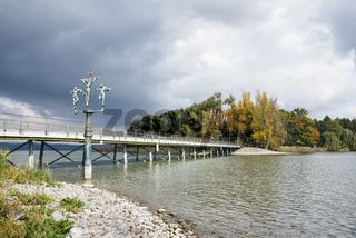 Brücke zur Insel Mainau im Bodensee mit dem Schwedenkreuz