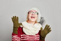 Frau in Winterkleidung schaut nach oben