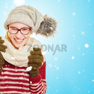Frau im Winter steht im Schnee