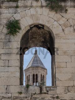 Glockenturm der Kathedrale von Split, Kroatien, durch die Stadtmauer gesehen