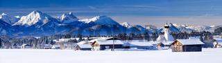 Panorama von Ort in Bayern mit Alpenkette