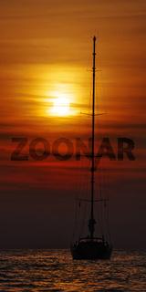 Segelyacht im Sonnenuntergang - Korsika