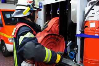 Feuerwehrmann im Einsatz Wasserschlauch