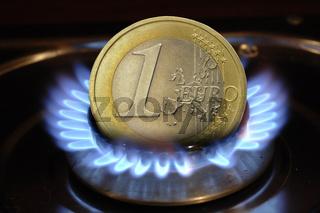 Euromünze brennt über Gasflamme