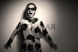 Junge Frau mit Sonnenbrille, schreiend