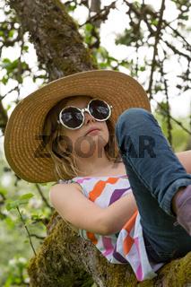 M Hut Baum Brille schauen