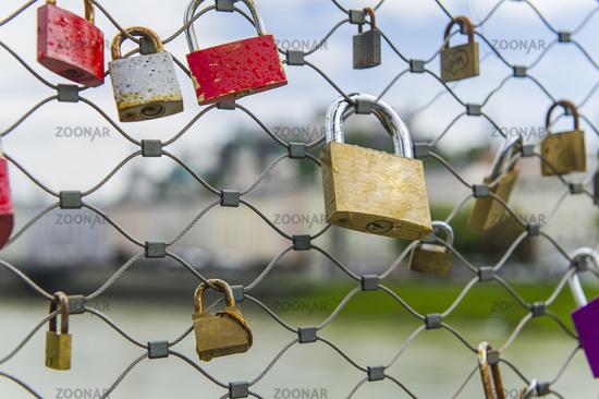 Liebesschlösser an einer Brücke