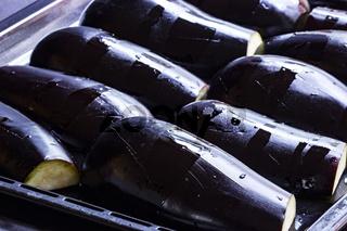 Halbierte Auberginen für Baba Ganoush vorbereitet auf einem Backblech