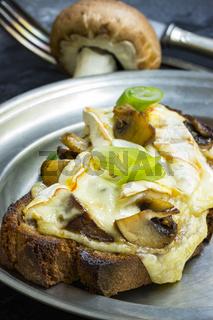 Bruscette mit Pilzen und geschmolzenem Käse