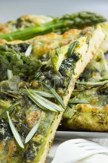 Focaccia mit grünem Spargel und Spinat als Nahaufnahme