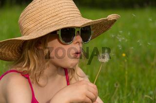 M Hut Brille Wiese Pusteblume pusten sitzen