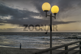 Ostsee - Mensch am Strand in Gedanken versunken