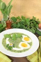 frische Kräutersuppe mit Eiern