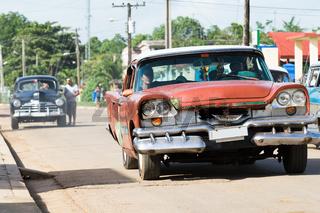 Fahrende amerikansiche Oldtimer im Landesinneren von Santa Clara Kuba