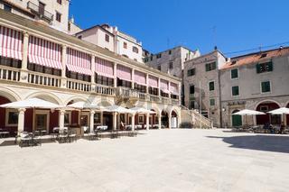 Platz in der Altstadt von Sibenik, Kroatien