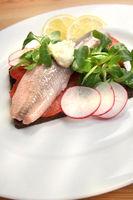 Matjes auf Pumpernickel, Pumpernickelbrot mit Hering und Salat