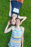 Junges glückliches Paar im Gras