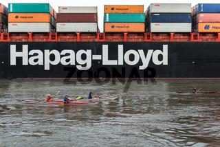 Kajakfahrer und Containerschiff auf der Elbe