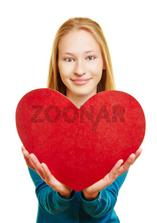 Mädchen hält rotes Herz zum Valentinstag