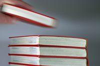 Buch vom Stapel nehmen