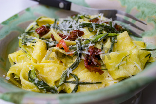 Barba di Frate und Papardelle mit Parmesanspänen und Tomaten