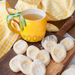 Frische Limonaie mit Puderzucker