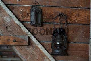 Petroleumlampe auf einem Dachboden